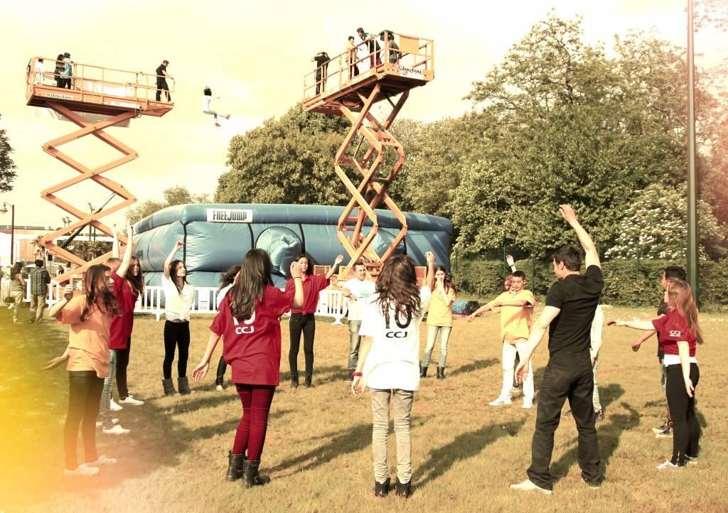 FreeJump - Les enfants s'echauffent avant le grand saut